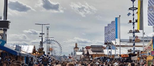 Ausblick auf die Menschenmenge Oktoberfest 2018 mit Riesenrad