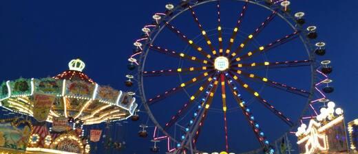 Münchner Frühlingsfest: Bunte Lichter vom Riesenrad und Kettenkarussell, © Münchner Frühlingsfest: Bunte Lichter vom Riesenrad und Kettenkarussell