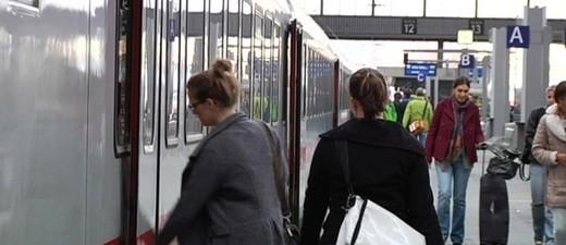 Wartende Fahrgäste am Münchner Bahnhof, © Die Bahn-Kunden sind genervt: Sie warten an den Bahnsteigen auf die Züge des Ersatzfahrplans