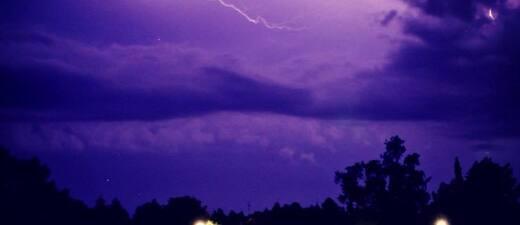 Blitze und Unwetter über Truderinger Wald in München , © Ein heftiges Gewitter mit Blitz und Donner zieht über München - hier: Truderinger Wald