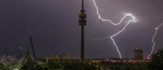 Blitze über München, © Gewitter über München - Olympiapark -  Foto TOJE Photografie