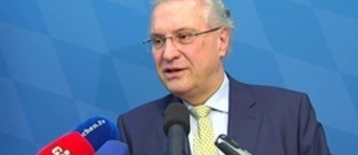 Innenminister Joachim Herrmann spricht in Mikrofone, © Innenminister Herrmann Foto: Archiv