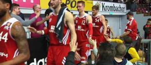 Bayern Basketballer klatschen nach Spiel die Fans ab