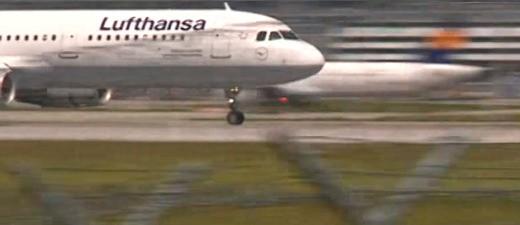 Ein Flugzeug von Lufthansa beschleunigt, © Maschine und Drohne verpassten sich scheinbar nur knapp Foto: Red