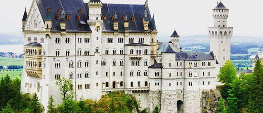Das Schloss in malerischer Kulisse, © Schloss Neuschwanstein in malerischer Kulisse - Foto:  Dirk Schiff/Portraitiert.de