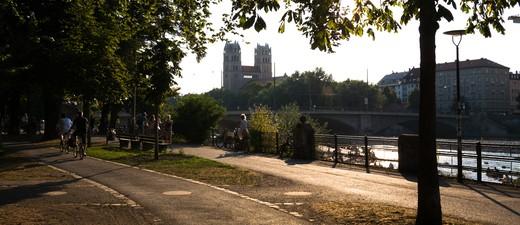 Die Isar durchläuft ganz München, © Die Isar bei tiefer Sonne