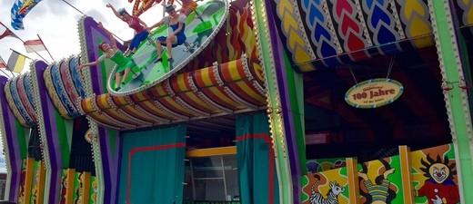 Aufbau Oktoberfest 2015 - So siehts auf der Wiesn aus, © Das Teufelsrad wartet schon auf seine Besucher.
