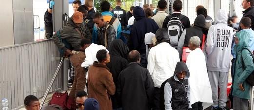 Flüchtlinge warten am Bahnhof in Rosenheim auf ihre Weiterreise
