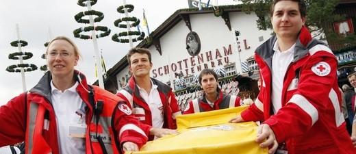 """© Hier wird ein Patient auf der bekannten """"gelben Trage"""" transportiert. Foto: Milan Szypura"""