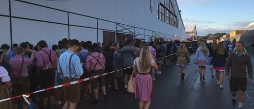 schlange vor dem festzelt oktoberfest wiesn, © Um 7:45 Uhr steht schon eine reisen Schlange an Menschen vor dem Festzelt und wartet auf den Einlass.