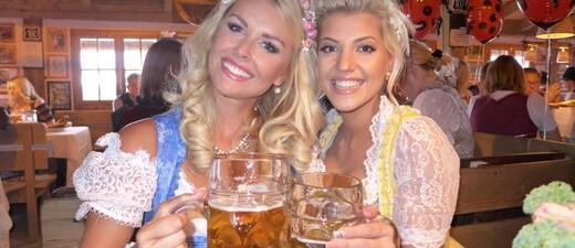 Oktoberfest 2105 Promis, © Oktoberfest 2015: Denise Cotte & Sarah Nowak auf der Wiesn