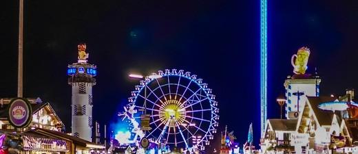Riesenrad und Skyfall-Tower glänzen bei Nacht