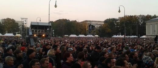 Helfer und Flüchtlinge feiern auf Danke-Konzert auf dem Königsplatz