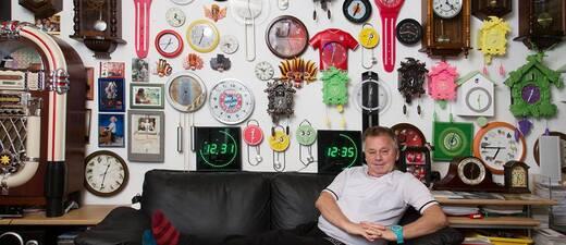 © Der Münchner Werner Stechbarth hat wegen der Zeitumstellung mit seinen 365 Uhren alle Hände voll zu tun.