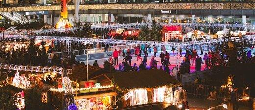 Wintermarkt am Flughafen mit schlttschuhbahn und beleuchteten Buden, © Foto Wintermarkt Flughafen