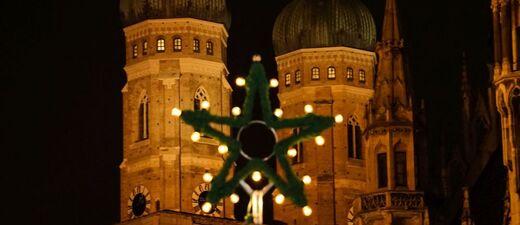 © Die Türme der Frauenkirche vom Christkindlmarkt aus - Foto:  Dirk Schiff/Portraitiert.de