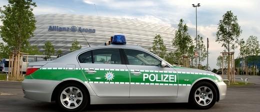 Polizeiauto steht vor Allianz Arena