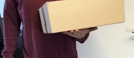 Postbote mit Paket