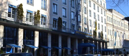 hotel bayersicher hof von außen bei klarem himmel und sonnenschein, © Bayerischer Hof