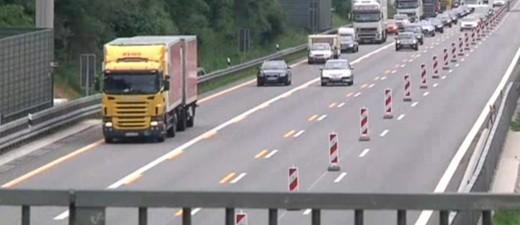 Blick auf ein Autobahn von einer Brücke aus , © Steinewerfer sollen von einer Brücke auf die A99 gezielt haben.