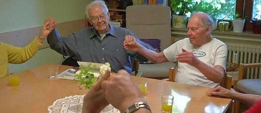 Rentner sitzen im Kreis und halten sich an den Händen, © Foto: Archiv