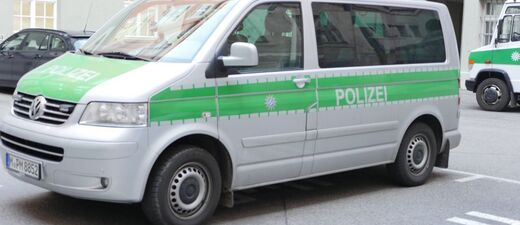 polizeiauto silber grün mit balulicht im polizeihof als VW wagen, © Raubüberfall konnte aufgeklärt werden
