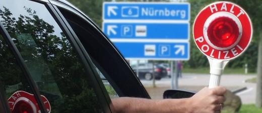 Polizei hält mit Kelle Autofahrer auf., © Beispielfoto