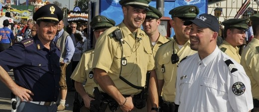 Polizisten mit Carabinieri auf dem Oktoberfest, © Polizisten mit den italienischen Kollegen auf dem Oktoberfest - Foto: Polizei München