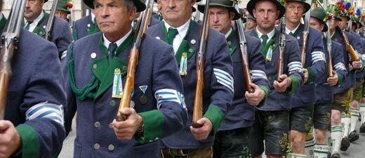 Oktoberfest Trachtenumzug - Männer mit Lederhose und Janker