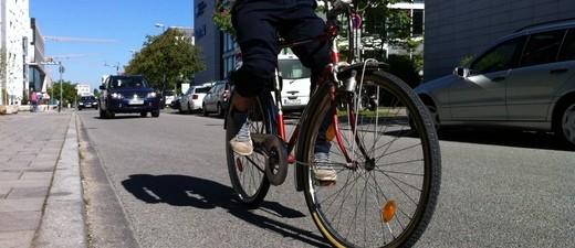 Ein Fahrradfahrer auf einer Straße, © Symbolbild