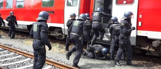 Bundespolizei stürmt Zug