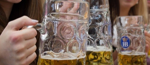 Oktoberfest: Eine gemütliche Maß-Bier im Festzelt auf der Wiesn - Ein Krug mit Noagerl