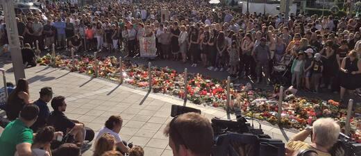 Gedenken an die Opfer - Hunderte Kerzen - Tausende Münchner trauern nach Amoklauf am Olympia-Einkaufszentrum