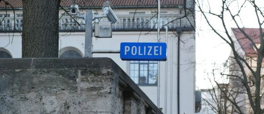 blaues Polizeischild vor dem Polizeipräsidium