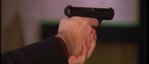 Mann mit Pistole in Hand, © Symbolfoto