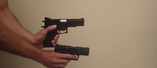 Zwei schwarze Softair-Pistolen, © Foto: Polizeipräsidium Oberbayern Süd