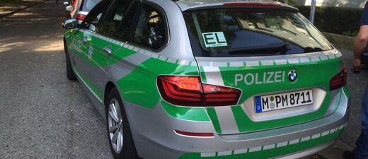 Polizeiauto parkt am Tatort der Messeratatcke in Giesing