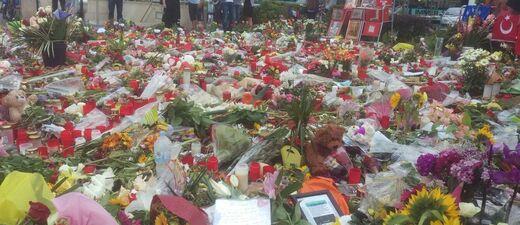 Amoklauf München OEZ Blumen Kerzen Trauer, © Trauer nach Amoklauf: Blumen- und Kerzenmeer vor dem OEZ
