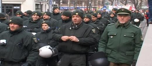 Polizisteb bei Demo