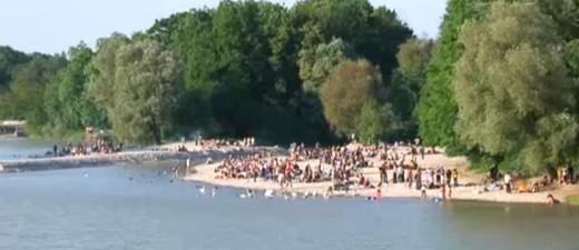 Viele Menschen baden am Flaucher an der Isar, © Am Isarufer kam es zu einem handfesten Streit. Symbolfoto