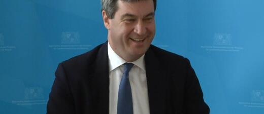 Markus Söder auf einer Pressekonferenz, © Die Steuerzahler haben vielleicht auch bald etwas zu lachen, so wie Bayerns Finanzminster Markus Söder