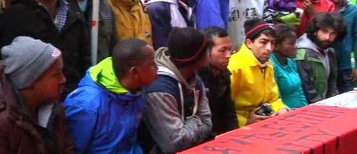 Flüchtlinge sitzen in einer Reihe auf einer Bank, © Arbeitsministerin Emilia Müller setzt sich für ein Job-Programm für Flüchtlinge ein