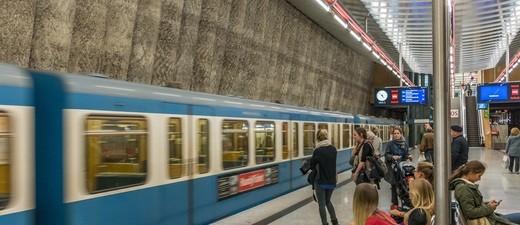 U-Bahn fährt an Haltestelle ein , © Symbolbild