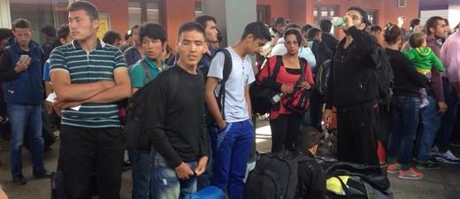 Am Bahnhof in Freilassing stehen eben angekommene Flüchtlinge, © Bayern will eine Obergrenze für Flüchtlinge