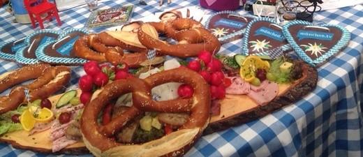 Oktoberfest, Wiesn, Brotzeit, Brotzeitbrettl, Brezel, München, © Die Münchner freuen sich auf ihre Wiesn - auch trotz Regen