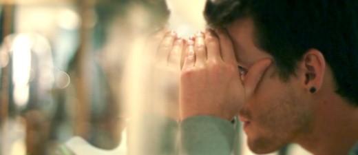 Ein Mann der durch ein Schaufenster blickt., © Symbolfoto