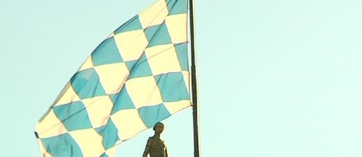 """Die bayerische Flagge über dem Landtag, © Die bayerische Verfassung: """"hochmodern"""", weiß und blau"""