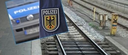 Im Hintergrund leere Bahngleise. Im vordergrund das Wappen der Bundespolizei, © Bundespolizei