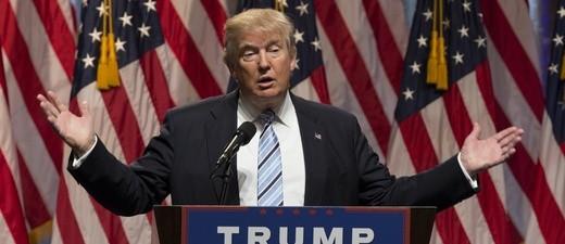 US-Präsident Donald Trump am Rednerpult mit US-Flaggen im Hintergrund
