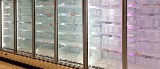 Geleertes Regal im Supermarkt, © Wegen des Fundes einer Maus in einem Salat, soll ein Supermarkt diesen aus den Regalen nehmen - Symbolfoto